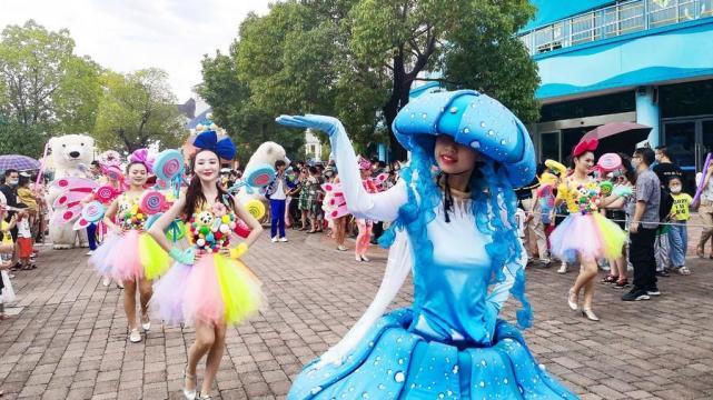 免票后武汉海昌极地海洋公园游客爆棚,8月份每天提前30分钟开园迎客